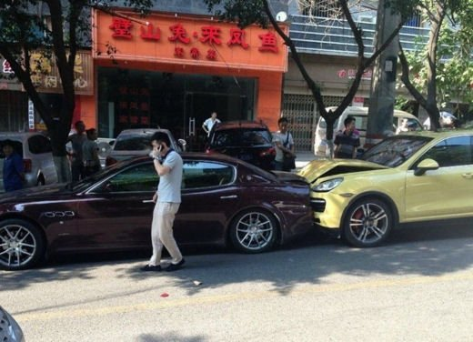 Porsche Cayenne Turbo della moglie tampona la Maserati Quattroporte del marito