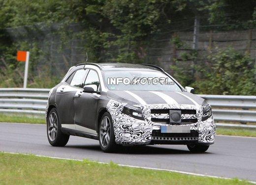 Mercedes GLA 45 AMG nuove immagini spia su pista - Foto 1 di 17