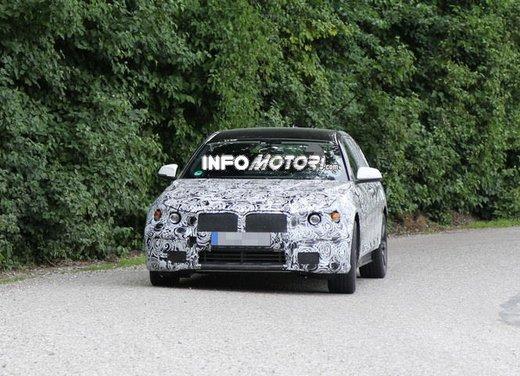 BMW Serie 5 Touring, foto spia di uno strano muletto - Foto 3 di 8