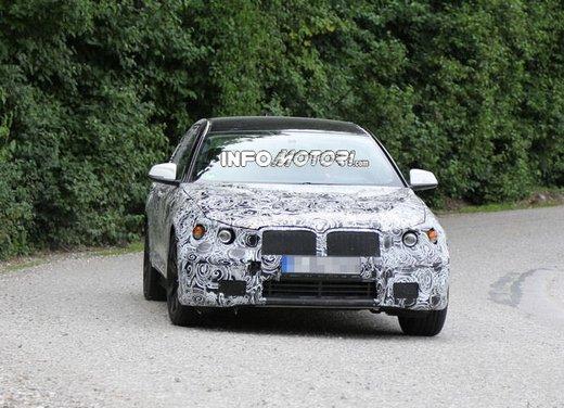 BMW Serie 5 Touring, foto spia di uno strano muletto - Foto 4 di 8