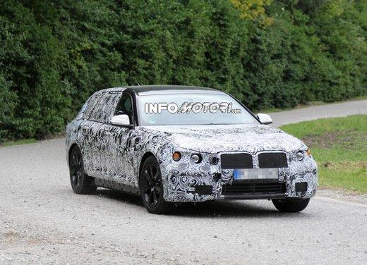 BMW Serie 5 Touring, foto spia di uno strano muletto - Foto 5 di 8