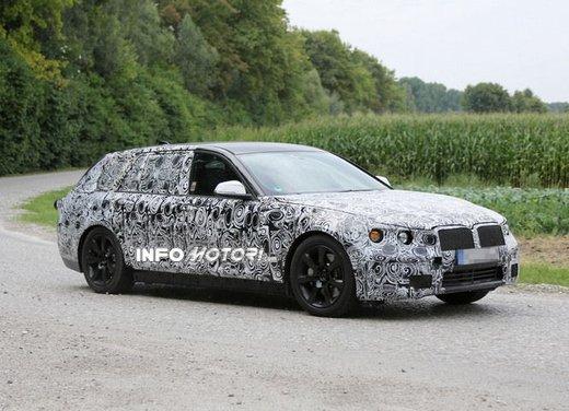 BMW Serie 5 Touring, foto spia di uno strano muletto - Foto 6 di 8