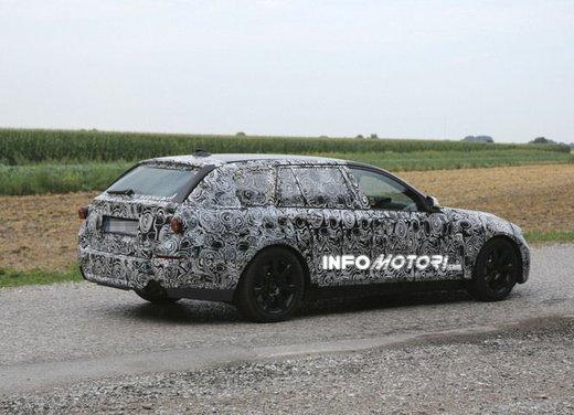 BMW Serie 5 Touring, foto spia di uno strano muletto - Foto 8 di 8