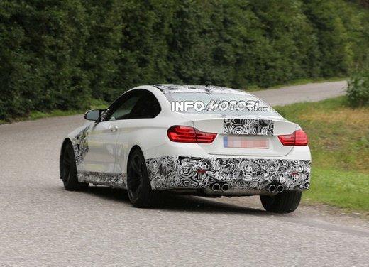 BMW M4 Coupè foto spia con camuffature ridotte - Foto 8 di 11