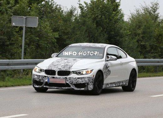 BMW M4 Coupè foto spia con camuffature ridotte - Foto 11 di 11