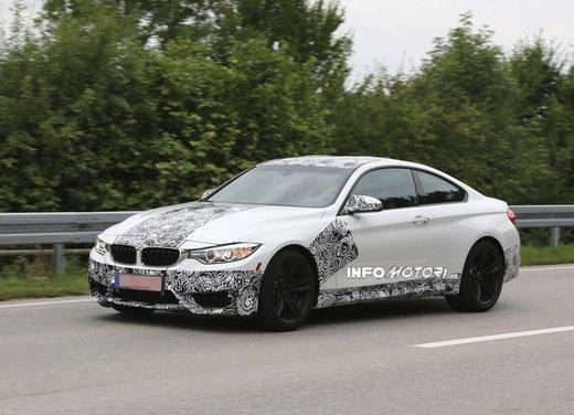 BMW M4 Coupè foto spia con camuffature ridotte - Foto 1 di 11