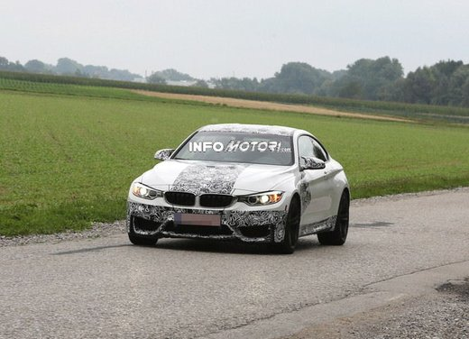 BMW M4 Coupè foto spia con camuffature ridotte - Foto 2 di 11