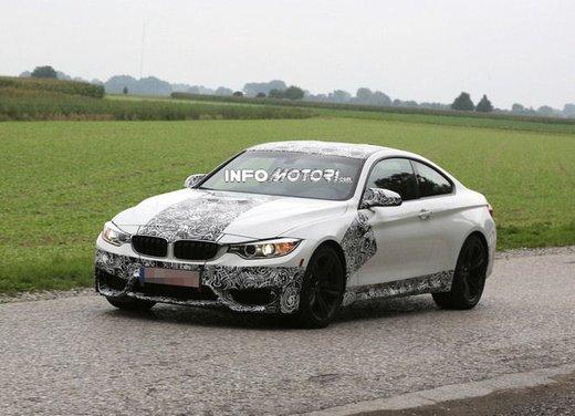 BMW M4 Coupè foto spia con camuffature ridotte - Foto 3 di 11