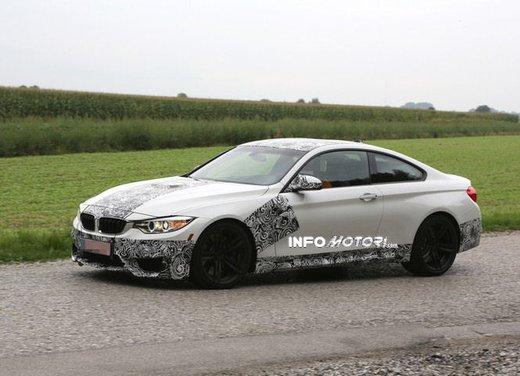 BMW M4 Coupè foto spia con camuffature ridotte - Foto 4 di 11