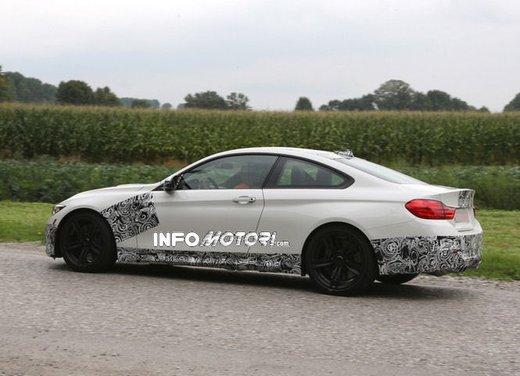 BMW M4 Coupè foto spia con camuffature ridotte - Foto 6 di 11