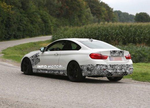 BMW M4 Coupè foto spia con camuffature ridotte - Foto 7 di 11