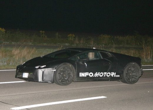 Lamborghini Cabrera prime foto spia - Foto 2 di 11