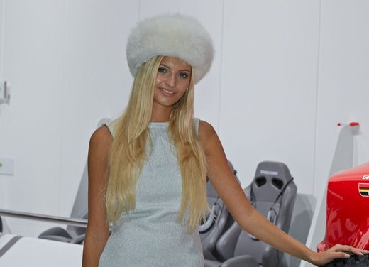 Le foto delle più belle modelle tra gli stand del Salone di Francoforte 2013 - Foto 4 di 15