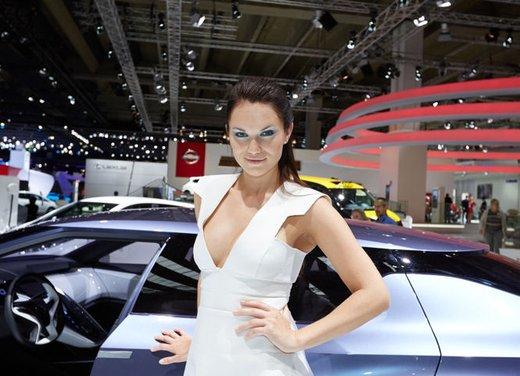 Le foto delle più belle modelle tra gli stand del Salone di Francoforte 2013 - Foto 3 di 15
