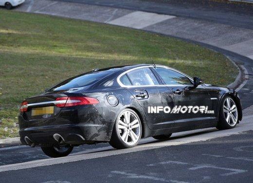 Jaguar XF foto spia su pista - Foto 10 di 18