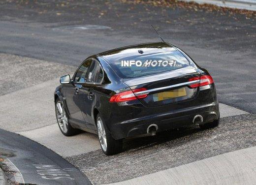Jaguar XF foto spia su pista - Foto 11 di 18
