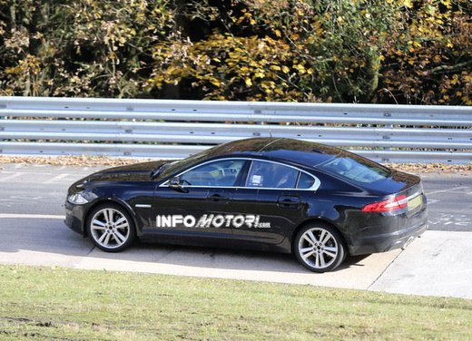 Jaguar XF foto spia su pista - Foto 12 di 18