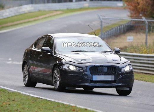 Jaguar XF foto spia su pista - Foto 13 di 18