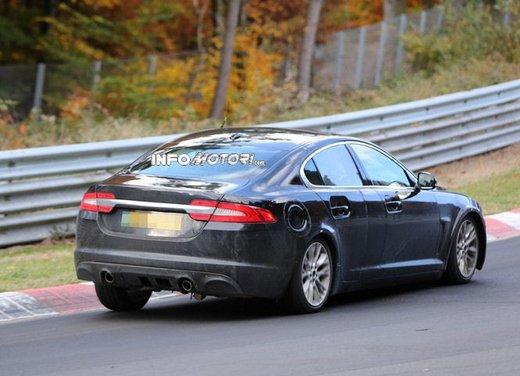 Jaguar XF foto spia su pista - Foto 16 di 18