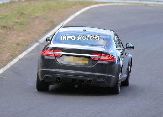 Jaguar XF foto spia su pista - Foto 17 di 18