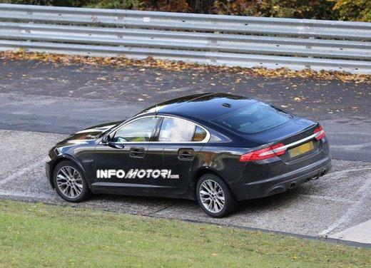 Jaguar XF foto spia su pista - Foto 5 di 18