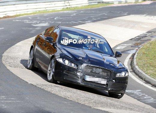 Jaguar XF foto spia su pista - Foto 7 di 18
