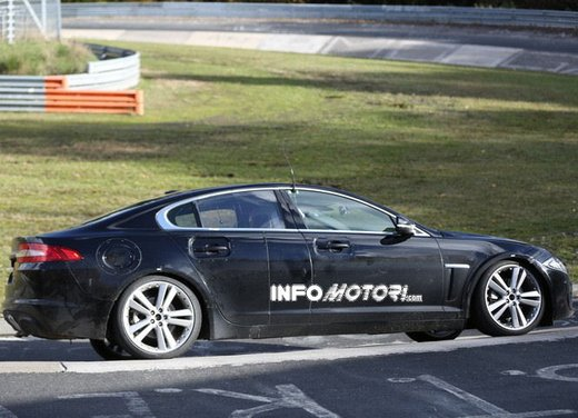 Jaguar XF foto spia su pista - Foto 9 di 18