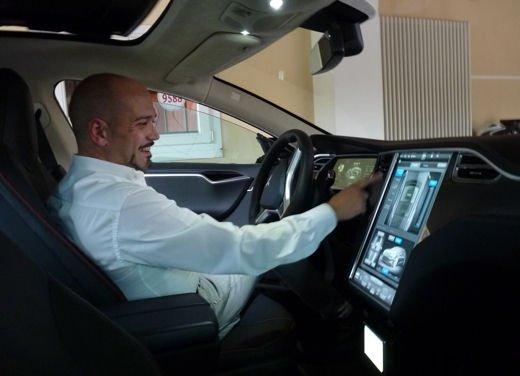 Tesla Model S prova su strada col primo cliente italiano della Tesla - Foto 2 di 22