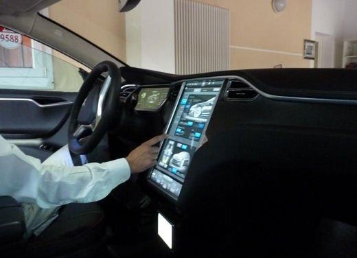 Tesla Model S prova su strada col primo cliente italiano della Tesla - Foto 3 di 22