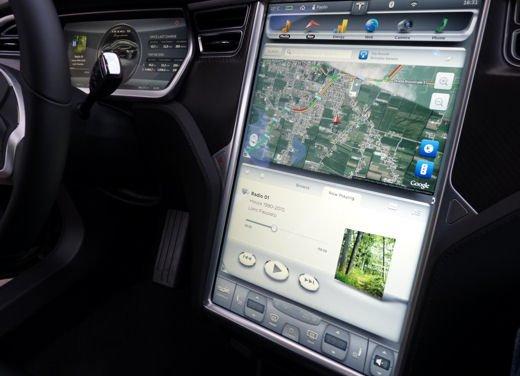 Tesla Model S prova su strada col primo cliente italiano della Tesla - Foto 5 di 22