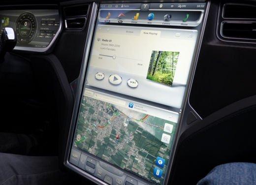 Tesla Model S prova su strada col primo cliente italiano della Tesla - Foto 6 di 22