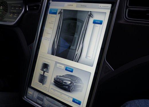Tesla Model S prova su strada col primo cliente italiano della Tesla - Foto 7 di 22