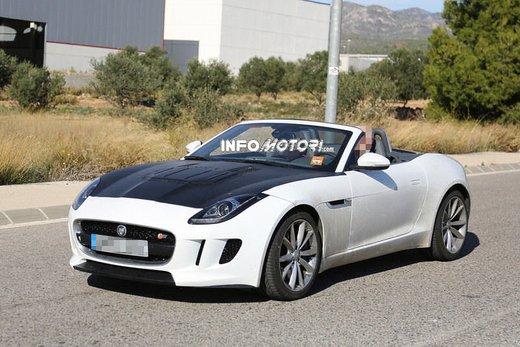 Jaguar F-Type foto spia della versione con motore 4 cilindri - Foto 2 di 7