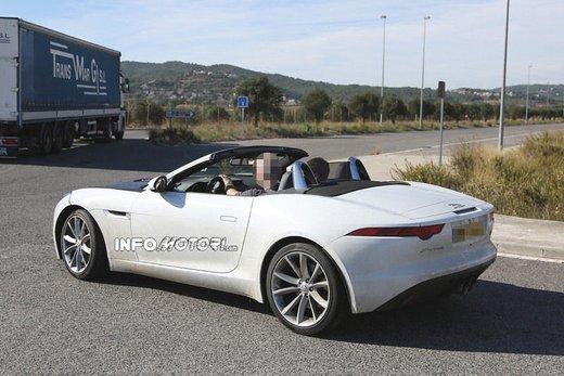 Jaguar F-Type foto spia della versione con motore 4 cilindri - Foto 3 di 7