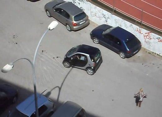 Un simpatico video che mostra l'abilità delle donne nei parcheggi - Foto 7 di 7