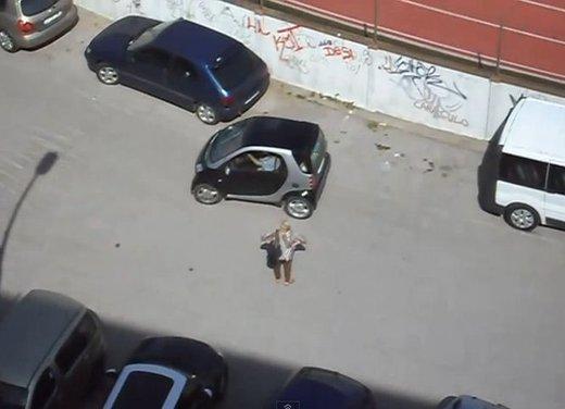 Un simpatico video che mostra l'abilità delle donne nei parcheggi - Foto 6 di 7
