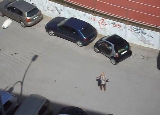 Un simpatico video che mostra l'abilità delle donne nei parcheggi - Foto 4 di 7