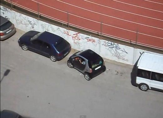Un simpatico video che mostra l'abilità delle donne nei parcheggi - Foto 1 di 7