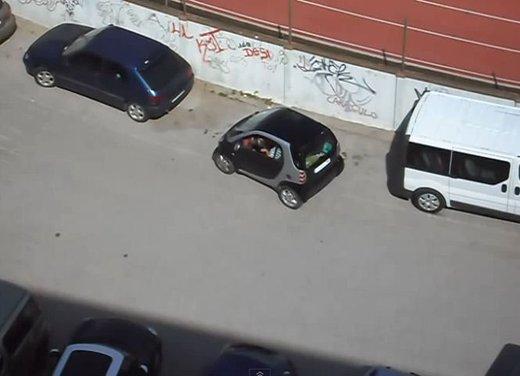Un simpatico video che mostra l'abilità delle donne nei parcheggi - Foto 2 di 7