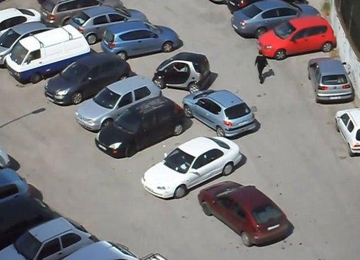 Un simpatico video che mostra l'abilità delle donne nei parcheggi - Foto 5 di 7