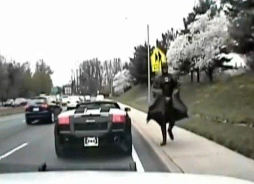 Batman guida una Lamborghini ma viene fermato dalla polizia - Foto 12 di 15