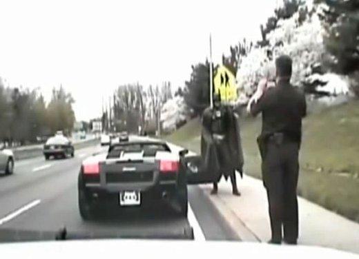 Batman guida una Lamborghini ma viene fermato dalla polizia - Foto 11 di 15