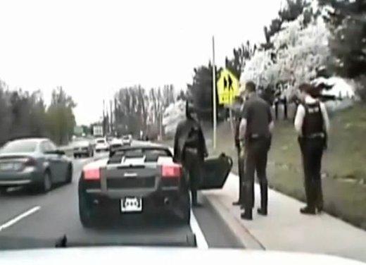 Batman guida una Lamborghini ma viene fermato dalla polizia - Foto 9 di 15
