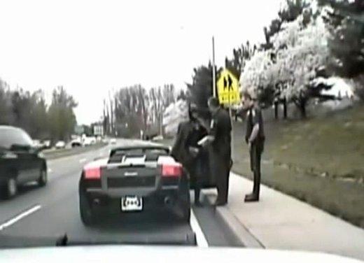 Batman guida una Lamborghini ma viene fermato dalla polizia - Foto 8 di 15