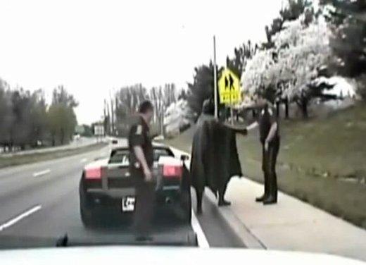 Batman guida una Lamborghini ma viene fermato dalla polizia - Foto 7 di 15