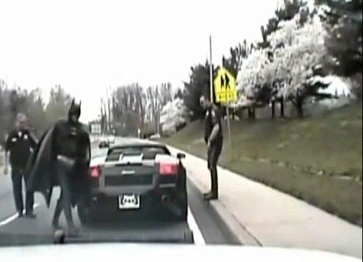 Batman guida una Lamborghini ma viene fermato dalla polizia - Foto 6 di 15