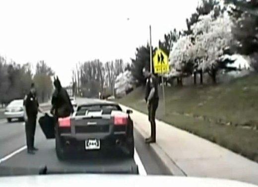 Batman guida una Lamborghini ma viene fermato dalla polizia - Foto 4 di 15