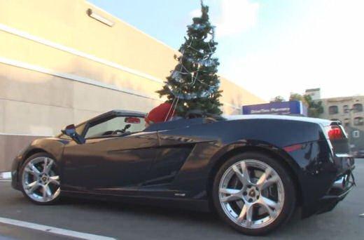 Babbo Natale arriva su una Lamborghini Gallardo Spyder - Foto 4 di 7