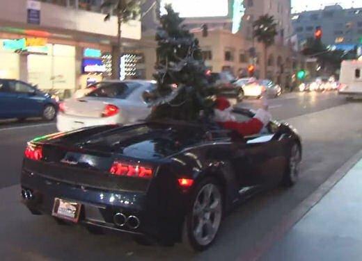 Babbo Natale arriva su una Lamborghini Gallardo Spyder - Foto 6 di 7