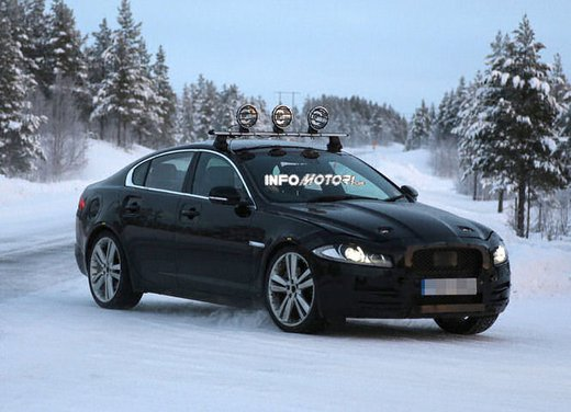 Jaguar XF foto spia dei test invernali